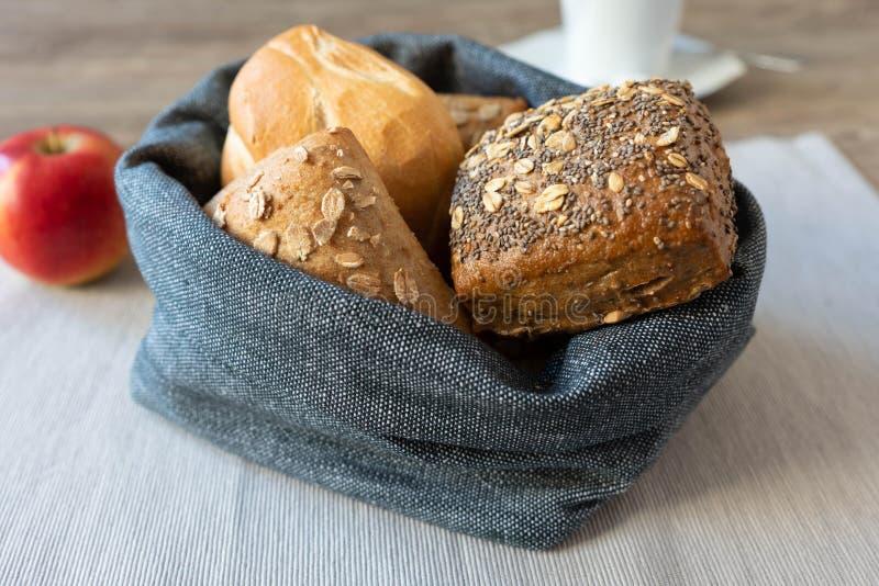Un canestro in pieno dei panini per la prima colazione immagine stock libera da diritti