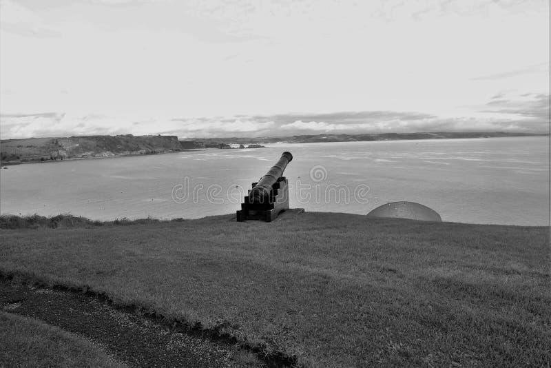 Un canone pronto per azione sul costo ad ovest del Galles fotografie stock libere da diritti