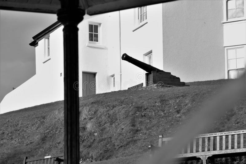 Un canone pronto per azione sul costo ad ovest del Galles fotografia stock