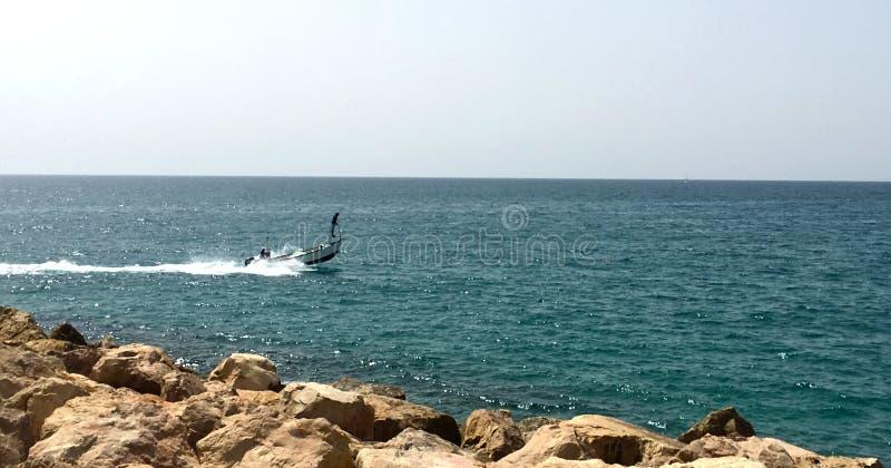 Un canot automobile du ` s de fishersman en mer photo libre de droits