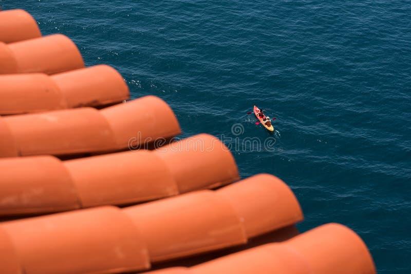 Un canotaje del kajak en el mar fotografía de archivo