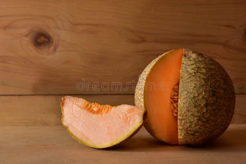 Un cantaloup avec un fond en bois photos stock