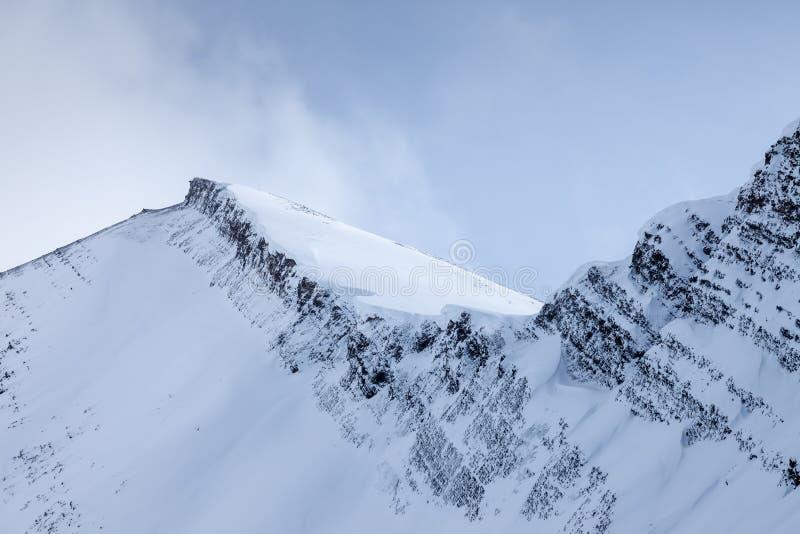 Un canto nevoso de la montaña en el soporte Chester en Kananaskis, Alberta imágenes de archivo libres de regalías