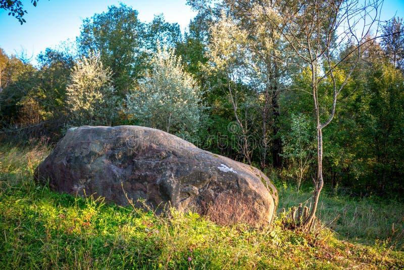 Un canto rodado grande cerca del pueblo de Malomakhovo, Rusia imagenes de archivo