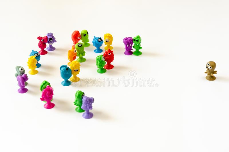 Un caract?re simple fait face ? un groupe de figures Concept du conflit entre un simple et un groupe photographie stock