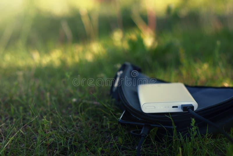 Un cargador portátil carga el smartphone Banco del poder con el cable en el caso imágenes de archivo libres de regalías