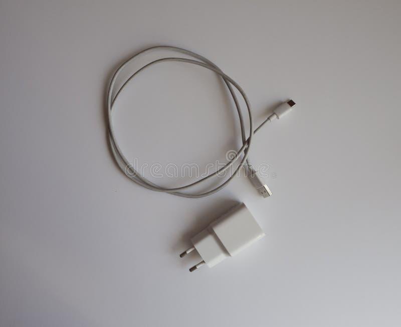 Un cargador USB blanco para cargar una opinión superior del teléfono foto de archivo libre de regalías