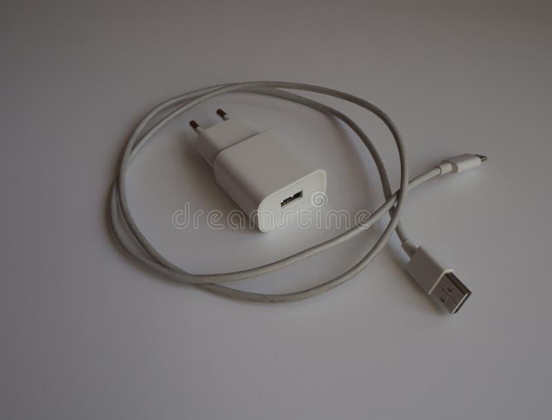 Un caricatore bianco di USB per il carico dello smartphone fotografie stock libere da diritti