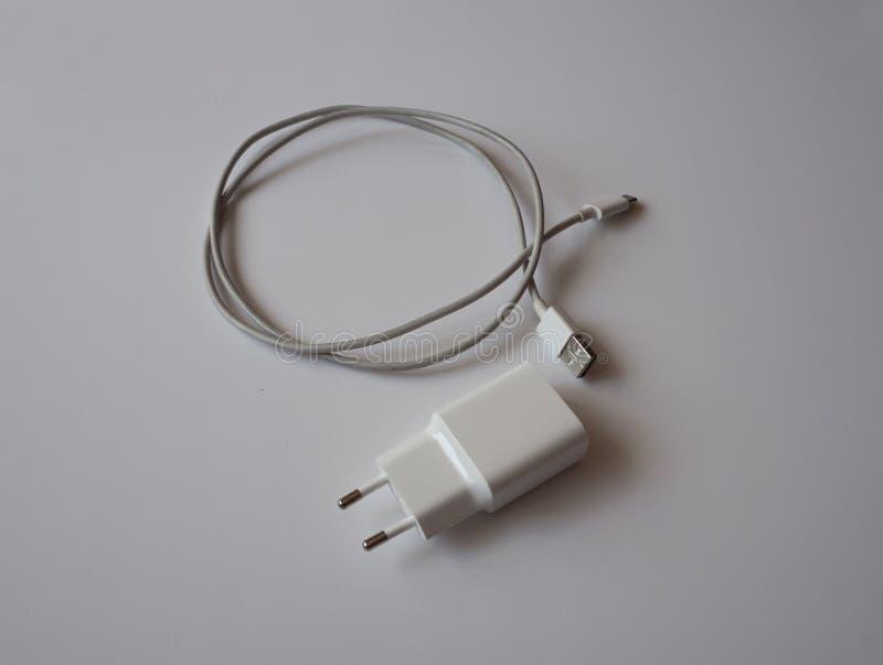 Un caricatore bianco di USB per il carico dello smartphone fotografia stock libera da diritti