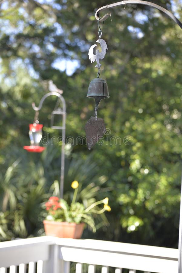 Un carillon de vent ajoute un contact gentil à un bel arrangement d'arrière-cour images stock