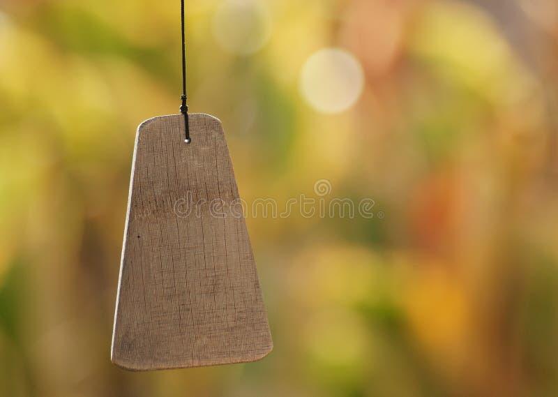 Un carillon de vent en bois d'isolement image libre de droits