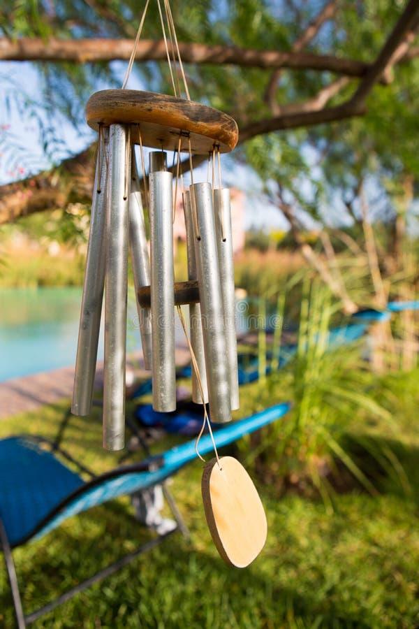 Un carillon di vento isolato contro uno sfondo naturale fotografia stock
