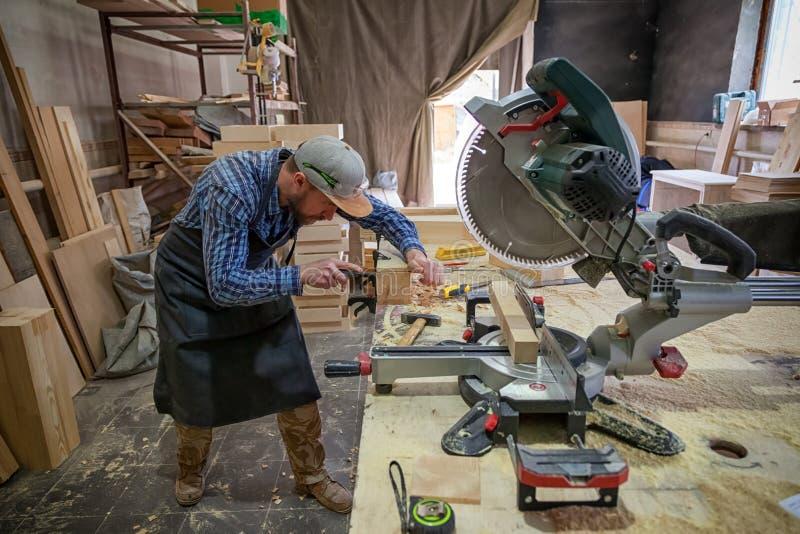 Un carpintero de construcción de sexo masculino joven imágenes de archivo libres de regalías