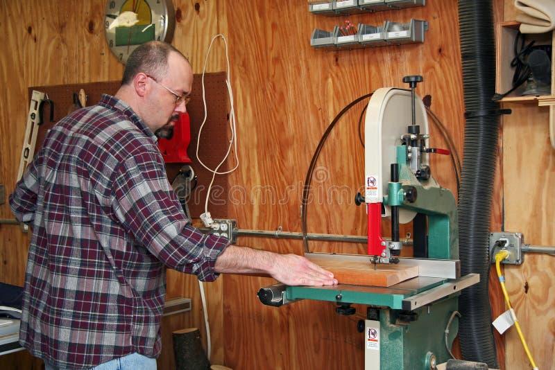 Un carpintero que corta a una tarjeta imágenes de archivo libres de regalías