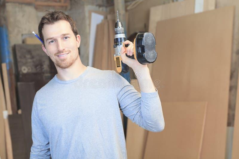 Un carpintero que trabaja difícilmente en el taller fotos de archivo libres de regalías