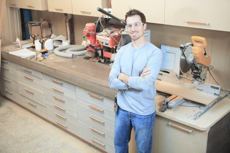 Un carpintero que trabaja difícilmente en la tienda imágenes de archivo libres de regalías