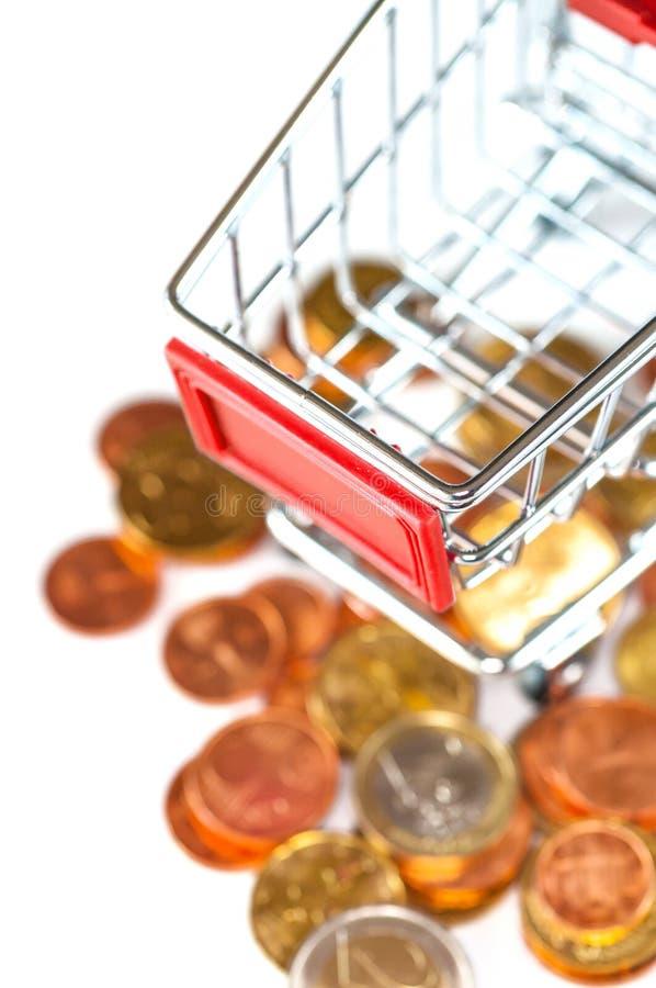 Un carrello con le euro monete fotografia stock