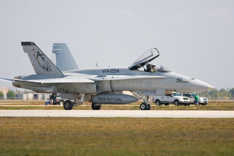 Un carreteo del avión de combate F/A-18 fotografía de archivo