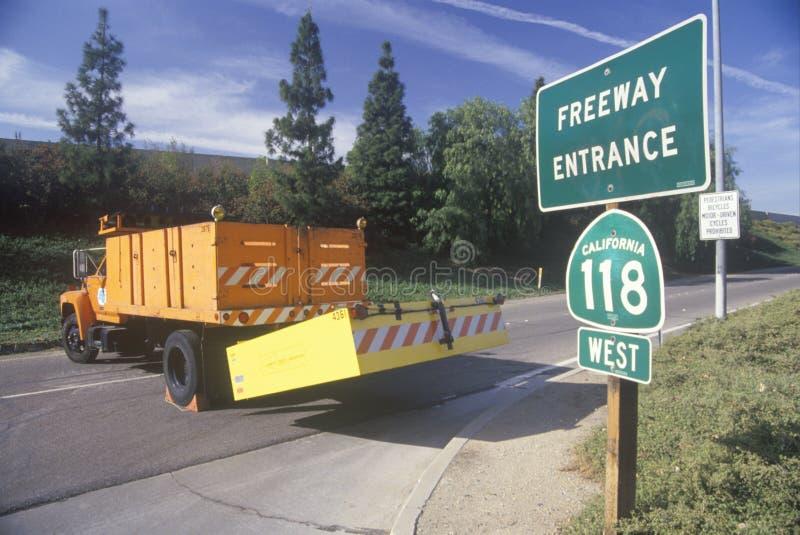 Un carril de entrada a la carretera 118, en el área de Northridge Reseda de Los Ángeles, que era el terremoto de siguiente cerrad fotografía de archivo