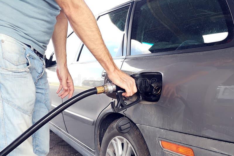 Un carro armato dell'automobile di rifornimento di carburante dell'uomo con la benzina Concetto di servizio dell'automobile fotografie stock libere da diritti