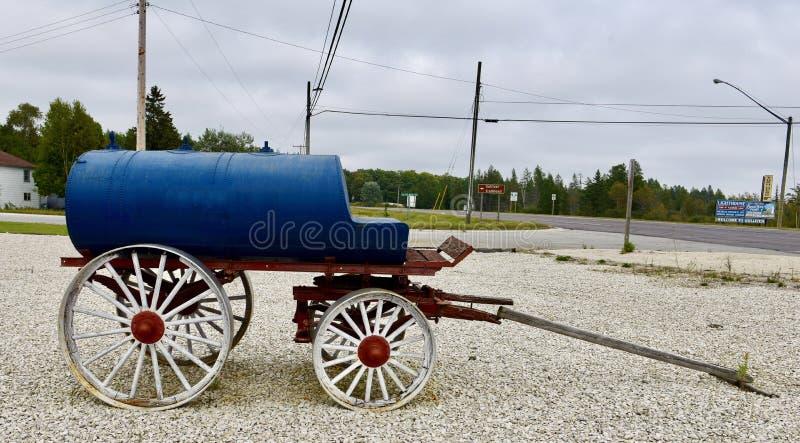 Un carro azul del combustible imagen de archivo libre de regalías