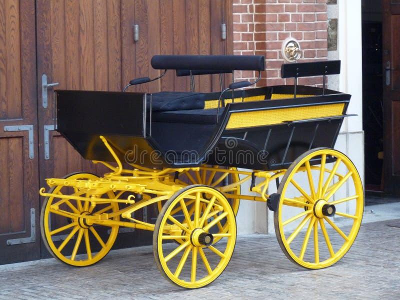 Un carro con clase viejo en el palacio de Lancut fotos de archivo