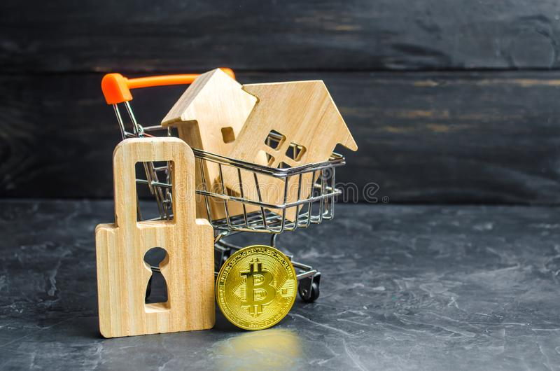 Un carro del supermercado con las casas y bitcoin y un candado valor Bitcoin del crecimiento y la confiabilidad de inversiones a  fotos de archivo