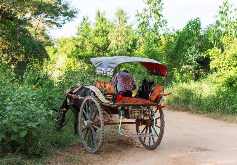 Un carro en un camino rural en Bagan, Myanmar Copie el espacio para el texto fotos de archivo libres de regalías