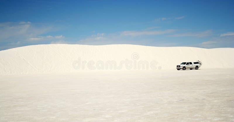 Un carro en las arenas blancas fotografía de archivo libre de regalías