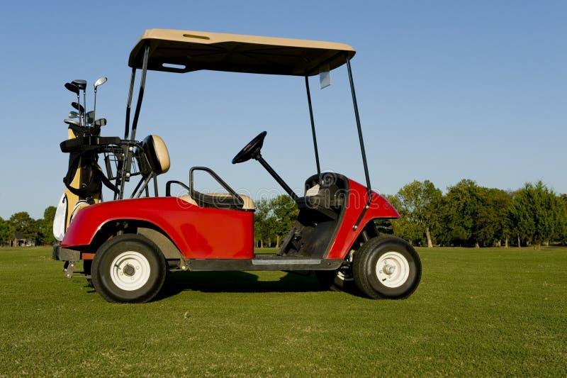 Un carro o un cochecillo rojo de golf imagen de archivo
