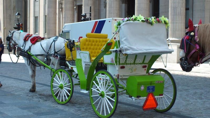 Un carro traído por caballo en Montreal vieja foto de archivo