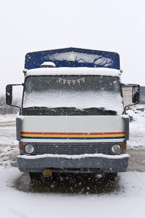 Un carro viejo estacionado en la nieve imagenes de archivo