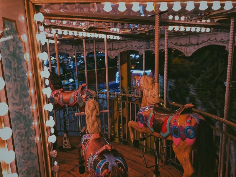 Un carrousel à l'intérieur d'une foire d'amusement à l'Alexandrie, Egypte photo libre de droits