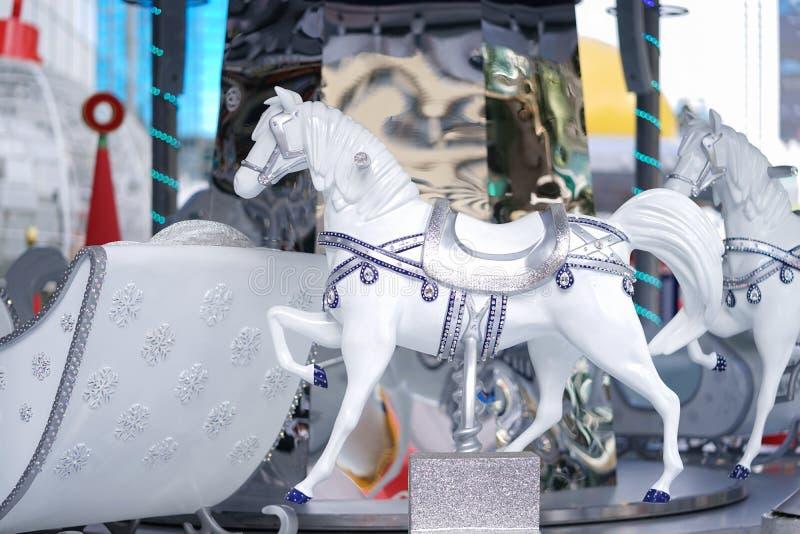 Un carrousel Un manège de luxe blanc décoré des bijoux et des flocons de neige tout autour à l'hiver juste, seulement provisoire image stock
