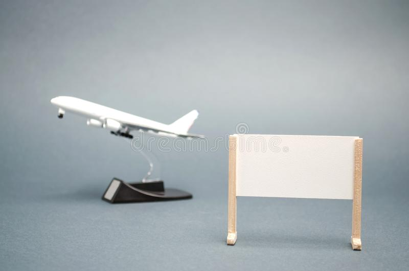 Un cartel con un lugar para el texto y un avión Viaje del concepto en todo el mundo Viajes calientes Vacaciones de verano del res fotografía de archivo libre de regalías
