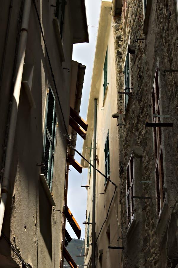 Un caruggio ligure tipico nel villaggio di Corniglia immagine stock