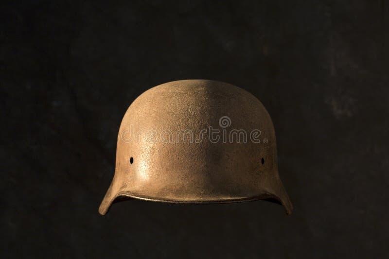 Un casco militare della seconda guerra mondiale tedesca arrugginita, su fondo nero fotografia stock libera da diritti