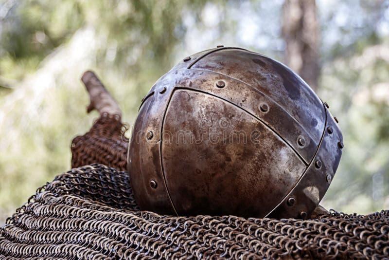 Un casque chevaleresque antique couvert de rouille images libres de droits
