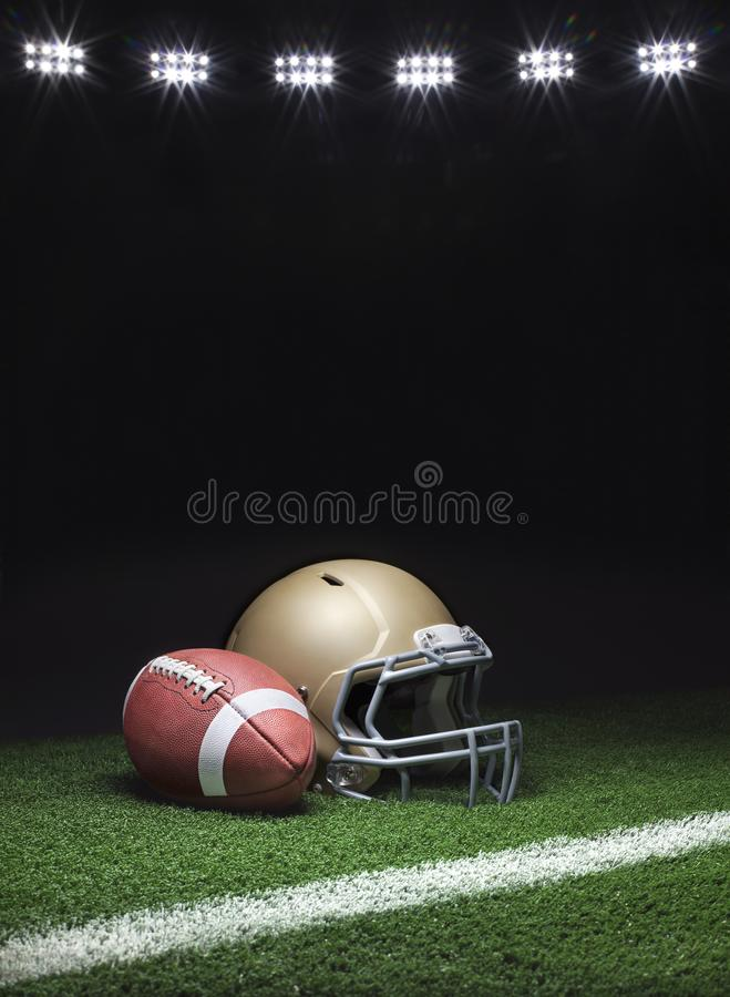 Un casque de football en or et un terrain de football sur gazon avec bande sur fond sombre avec lumières de stade image stock