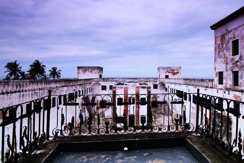 Un castello storico della tratta degli schiavi come costa del capo, Accra, Ghana immagini stock libere da diritti
