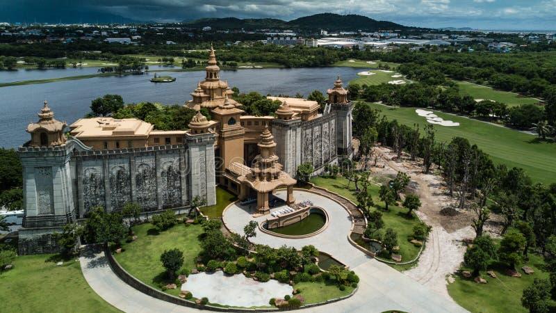 Un castillo elegante en un distante fotos de archivo libres de regalías