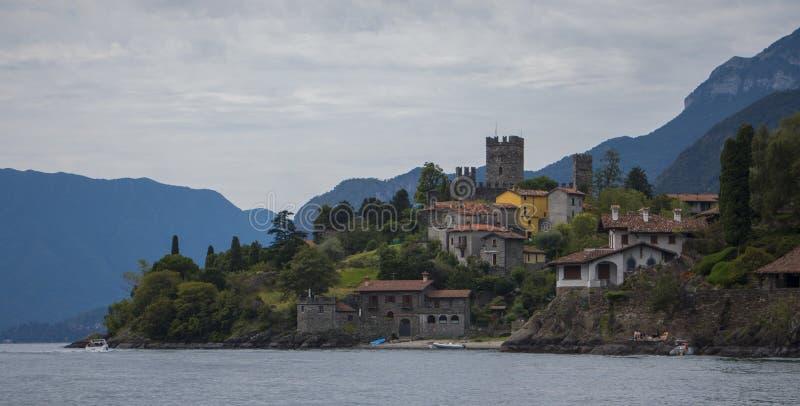 Un castillo en el lago Como imágenes de archivo libres de regalías