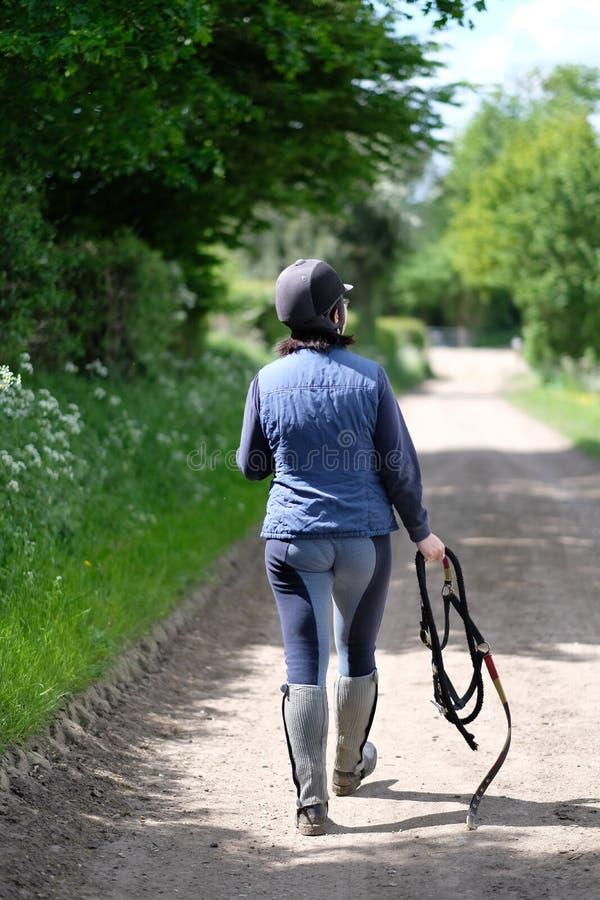 Un cavalier de femme dans l'équipement spécial image libre de droits
