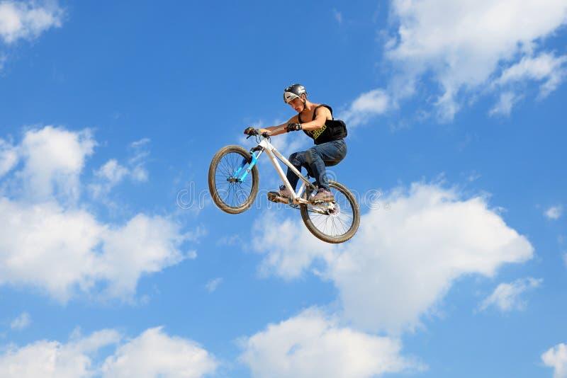 Un cavalier professionnel à la concurrence de MTB (montagne faisant du vélo) images stock
