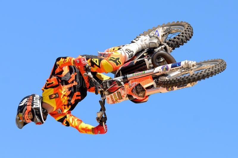 Un cavalier professionnel au competitio de FMX (motocross de style libre) photographie stock libre de droits