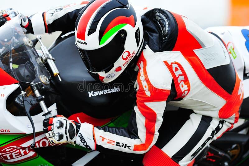 Un cavaliere non identificato partecipa alla velocità rumena del motociclo di campionato fotografia stock libera da diritti