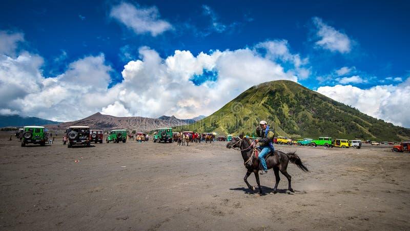 Un cavallerizzo al supporto Bromo del parco nazionale di Bromo-Tengger-Semeru in Indonesia fotografie stock libere da diritti
