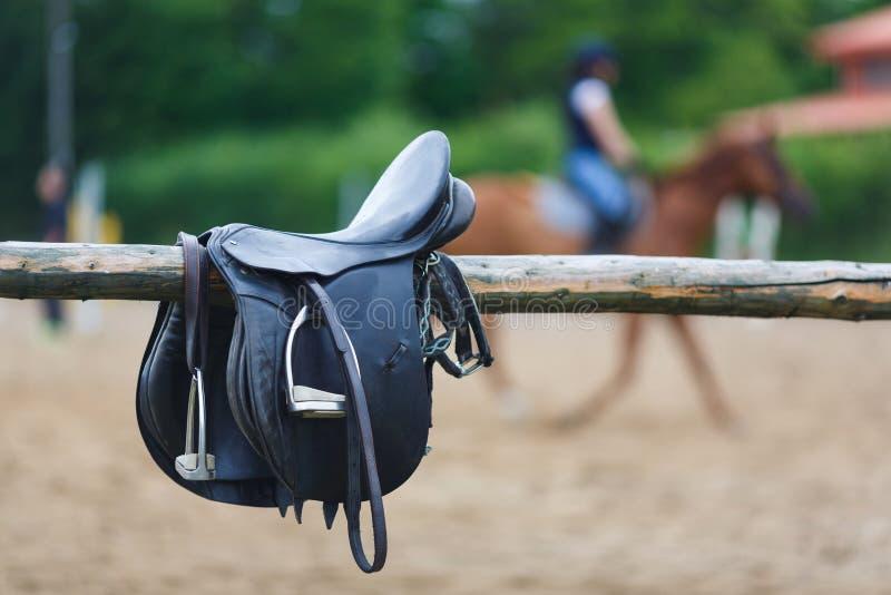Un cavallo da sella del cuoio in una stalla immagini stock