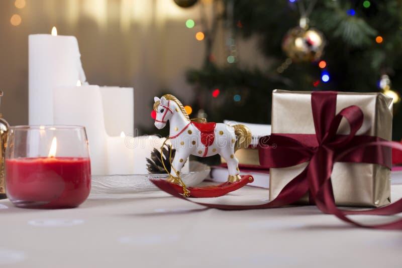 Un cavallo a dondolo di Natale cavallo di legno - decorazione di Natale fotografia stock libera da diritti