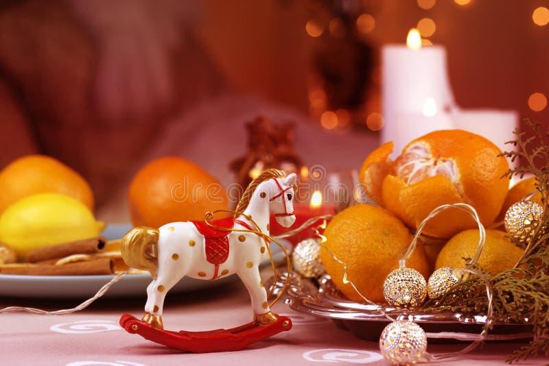 Un cavallo a dondolo di Natale cavallo di legno - decorazione di Natale - fondo per una cartolina d'auguri fotografie stock libere da diritti